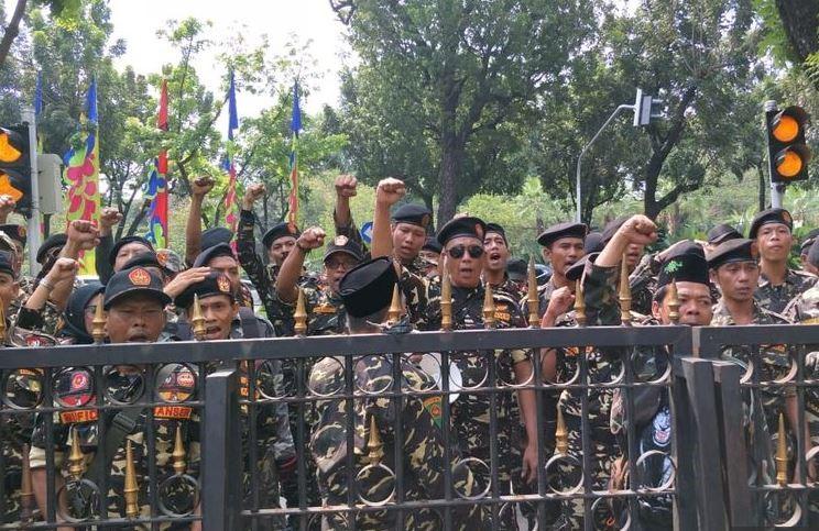 """Image result for puluhan anggota Banser yang konvoi tiba di Balai Kota DKI,"""""""
